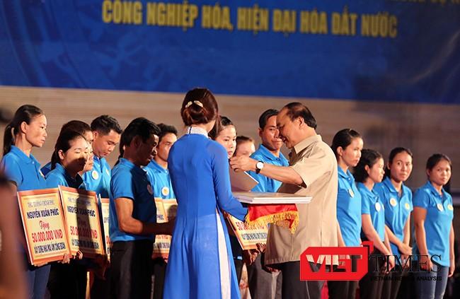 """Tại buổi đối thoại, Thủ tướng Chính phủ Nguyễn Xuân Phúc đã trao tặng 20 ngôi nhà """"Mái ấm Công đoàn"""" với tổng trị giá 1 tỷ đồng cho 20 trường hợp công nhân lao động có hoàn cảnh khó khăn ở Thừa Thiên -Huế, Đà Nẵng và Quảng Nam."""