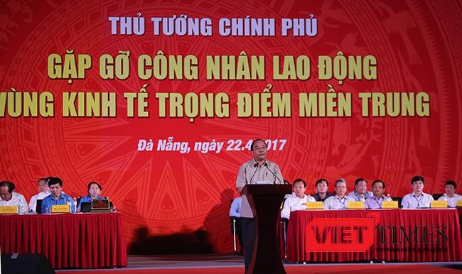 Thủ tướng Nguyễn Xuân Phúc bắt đầu buổi đối thoại bằng bài phát biểu ngắn gọn, với hy vọng ghi nhận được nhiều ý kiến của lực lượng công nhân, người lao động