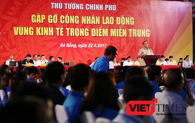Thủ tướng Nguyễn Xuân Phúc trả lời từng câu hỏi của công nhân và người lao động một cách thấu đáo
