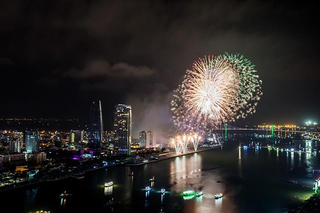 Đội Việt Nam mở màn đêm khai mạc bằng những pha pháo hoa ấn tượng