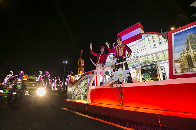 Đoàn xe diễu hành trên khắp các con phố Đà Nẵng