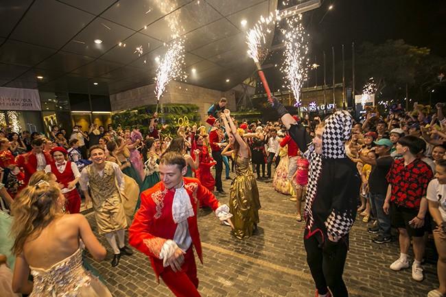 Các nghệ sỹ cùng người dân trong những vũ điệu sôi động