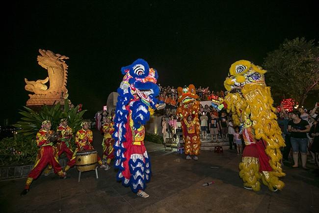 Màn trình diễn lân sư rồng đậm phong cách Việt