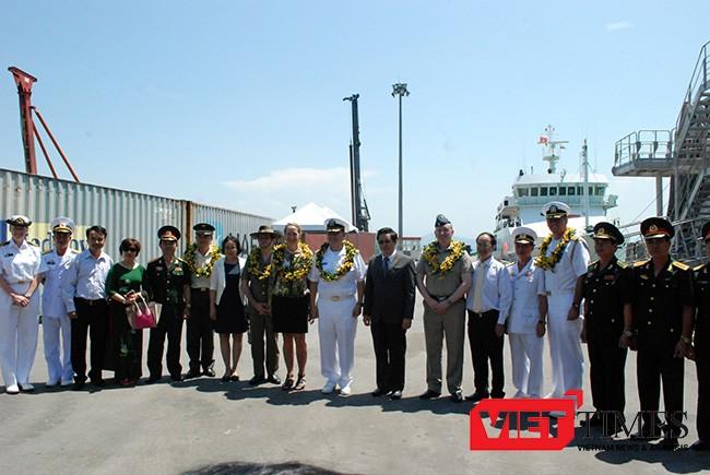 Các bên tham gia PP17 chụp ảnh lưu niệm tại lễ đón tàu