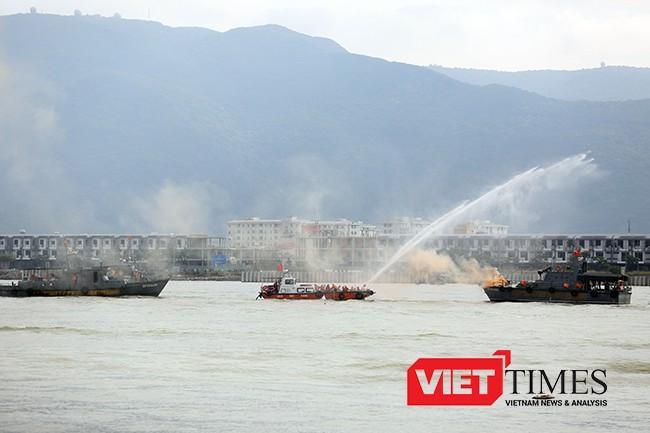 Trên sông, phương tiện tiếp tục được huy động để dập đám cháy trên tàu