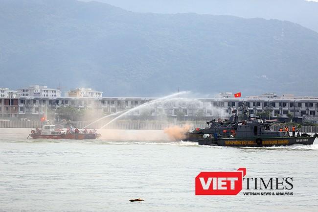 Sau gần 30 phút, đám cháy trên tàu cơ bản được khống chế