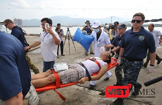 Các nạn nhân sau vụ tai nạn được đưa về bờ để cấp cứu