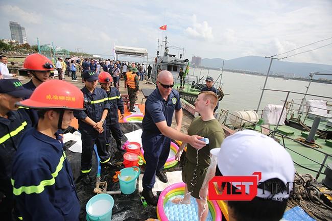 Lực lượng Hải quân Mỹ hướng dẫn cách xử lý nhiễm dầu trên người nạn nhân