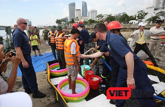 Lực lượng Hải quân Việt Nam-Hoa Kỳ cùng thực hiện tẩy rửa cho nạn nhân