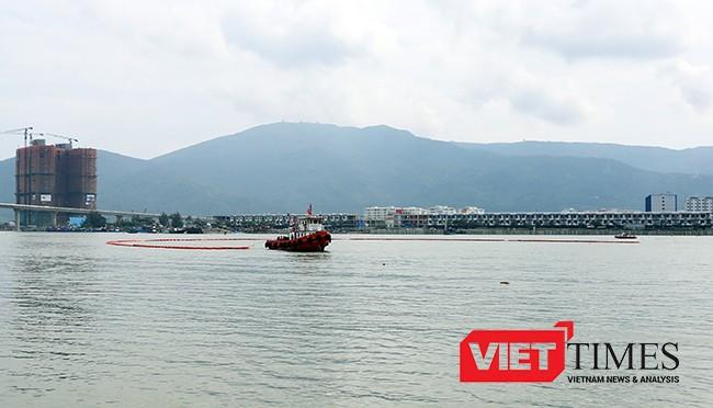 Phía ngoài khơi, tàu ứng phó tràn dầu thả phao vây, ngăn dầu loan rộng ra ngoài