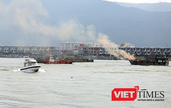 Khống chế vụ cháy trên tàu và cứu các nạn nhân rơi xuống nước