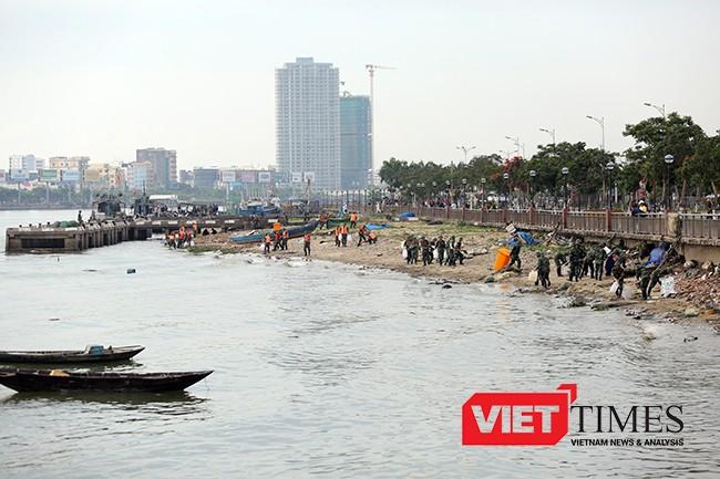Lúc này trên bờ, lực lượng xử lý dầu tràn dạt vào bờ được triển khai