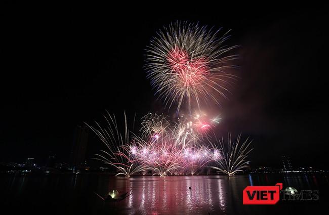 """Lễ hội pháo hoa Đà Nẵng 2017: Mãn nhãn với """"Trận chung kết sớm"""" giữa Úc và Ý ảnh 19"""