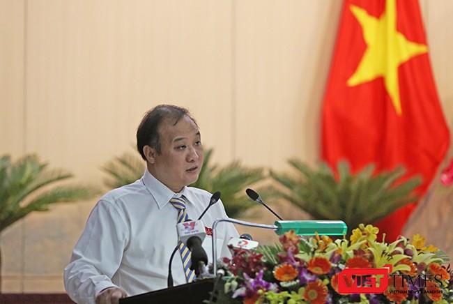 Ông Lê Quang Nam, Giám đốc Sở TNMT TP.Đà Nẵng trả lời chất vấn của đại biểu liên quan đến tình trạng ô nhiễm tại Bãi rác Khánh Sơn và tiến độ di dời