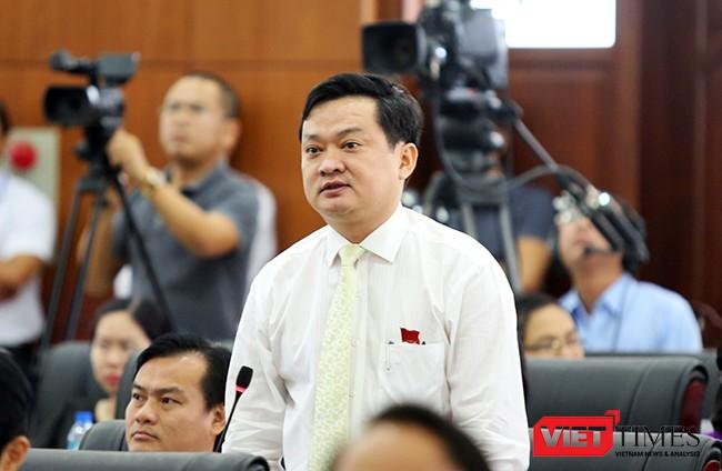 Đại biểu Lê Vinh Quang chất vấn Giám đốc Sở TNMT TP Đà Nẵng với nội dung liên quan đến việc Vicoland xây dựng chung cư, bán cho người dân 7 năm qua nhưng chưa cấp sổ cho dân khiến người dân bức xúc.