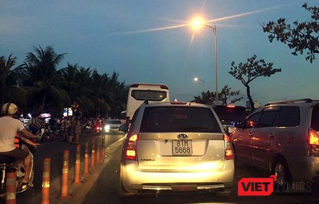 Tình trạng ùn tắc giao thông dọc tuyến đường ven biển Đà Nẵng đang gây bức xúc trong nhân dân và nguyên nhân do các khách sạn tại khu vực không đảm bảo chỗ đậu đỗ xe
