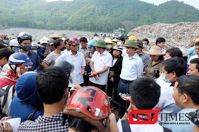 Ông Nguyễn Xuân Anh, Bí thư Thành ủy, Chủ tịch HĐND TP Đà Nẵng trong một lần thị sát Bãi rác Khánh Sơn và lắng nghe ý kiến phản ánh của người dân