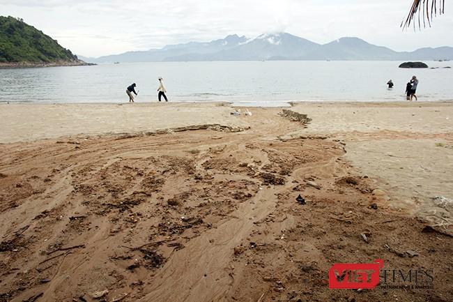Bùn đất theo mưa từ công trình Dự án Khu du lịch Biển Tiên Sa đổ tràn xuống biển