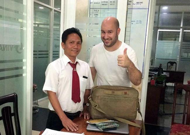 Tài xế tài xế Trần Ngọc Khanh bảo quản và trả lại tài sản bỏ quên trên xe taxi cho hành khách Micheal (quốc tịch Mỹ).