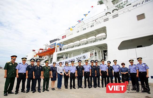 Các bên chụp ảnh lưu niệm nhân sự kiện tàu Badaro đến thăm Đà Nẵng