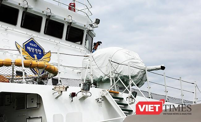 Tàu được trang bị súng máy tại mũi hạm