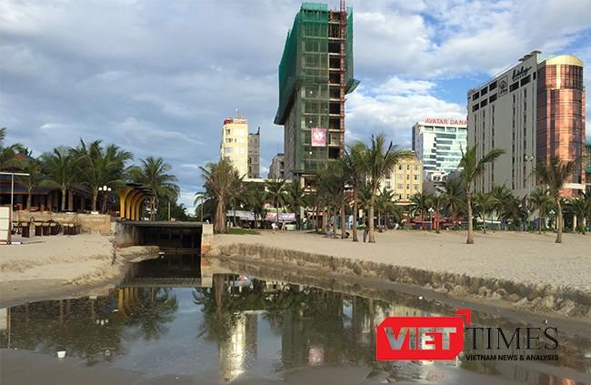 Của xả tại bãi biển Sao Biển (quận Ngũ Hành Sơn) thường xuyên gây ô nhiễm tại khu vực
