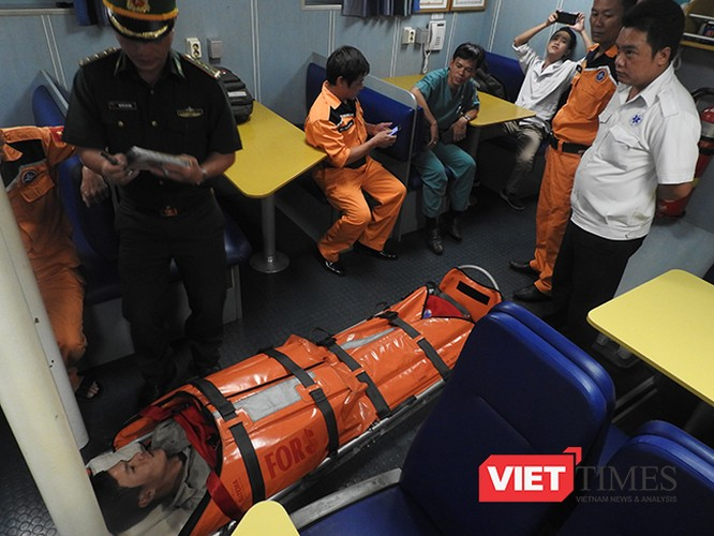 Sau nhiều giờ hành trình trong điều kiện thời tiết ảnh hưởng của bão số 10, đến 21h00 ngày 13/9, ngư dân bị nạn đã được tàu SAR412 đưa về bơ và chuyển đến bệnh viện để tiếp tục điều trị