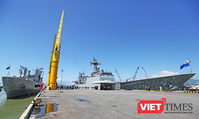 Sáng 18/9, đội tàu Hải quân Hàn Quốc gồm tàu khu trục tên lửa ROKS Kang Gam Chan (DDH-979) và tàu hậu cần ROKS HWACHEON (AOE-59) đã cập Cảng Tiên Sa, chính thức chuyến thăm xã giao Đà Nẵng trong 4 ngày.