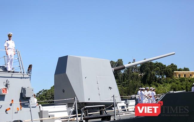 Cỡ nòng lên đến 127mm Mk45 Mod 4 phía trước mũi với tầm bắn 24km, tốc độ bắn lên tới 16-20 viên/phút