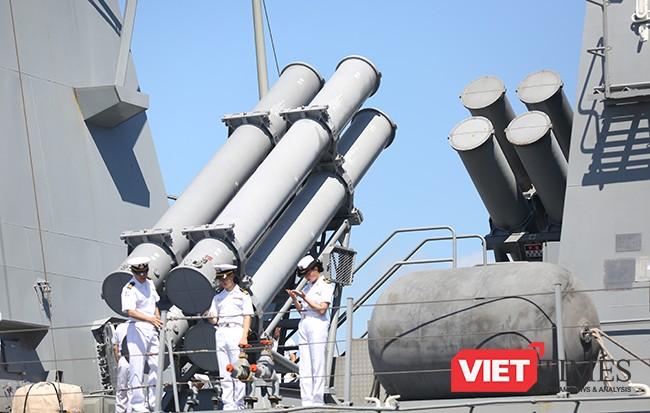 Kang Gamchan được trang bị hệ thống tên lửa hành trình đối hạm Harpoon với hệ thống tên lửa hạm đối hạm tầm ngắn RGM-84 với 8 ống phóng tên lửa (hai cụm 4 ống phóng bố trí chéo nhau) đặt ở khoảng giữa thân tàu