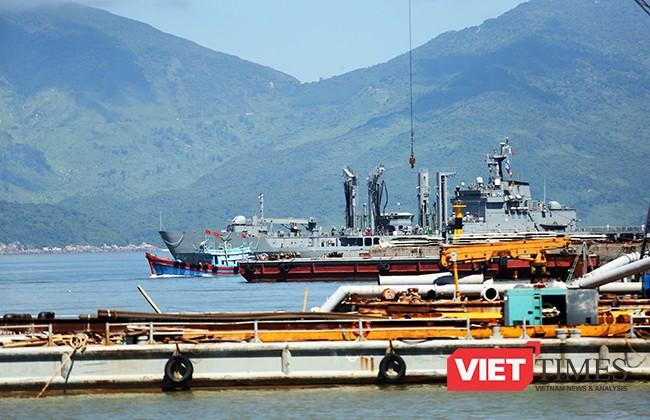 Sáng 18/9, tàu ROKS HWACHEON (AOE-59) di chuyển vào trong vịnh Đà Nẵng
