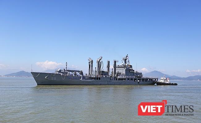 Tàu ROKS HWACHEON (AOE-59) trên vịnh Đà Nẵng