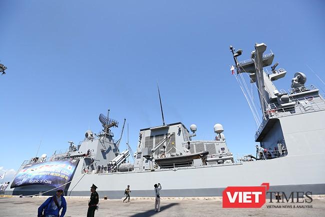 Những khí tài hạng nặng được lắp khắp thân tàu