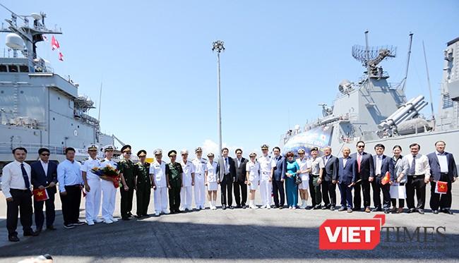 Các bên chụp ảnh lưu niệm nhân chuyến thăm Đà Nẵng của đội tàu
