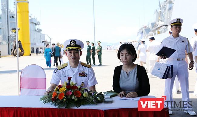 Chuẩn Đô đốc Yang Yong-Mo-Chỉ huy trưởng Nhóm huấn luyện tuần tra trên biển làm Trưởng đoàn có cuộc họp báo nhanh nhân sự kiện đội tàu Hải quân hàn Quốc đến thăm Đà Nẵng