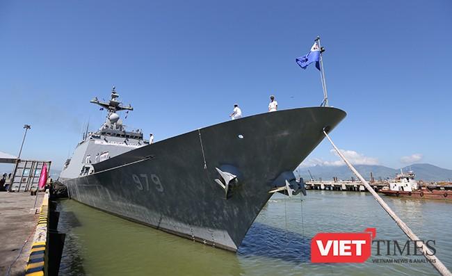 Từ mũi đến đuôi hạm, tàu khu trục tên lửa ROKS Kang Gam Chan (DDH-979) được trang bị những khí tài tốn tân