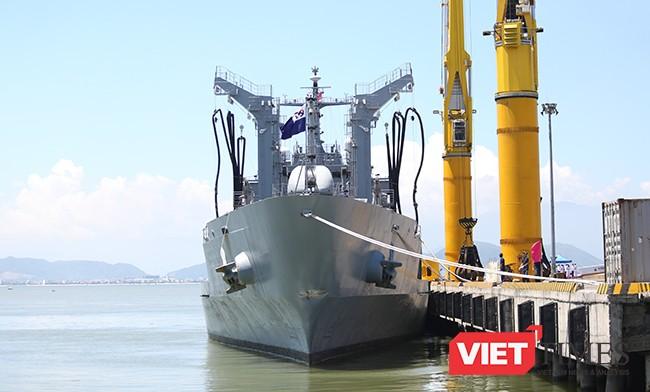 Tàu hậu cần cỡ lớn ROKS HWACHEON (AOE-59) của Hải quân Hàn Quốc tại cảng Tiên Sa (Đà Nẵng)