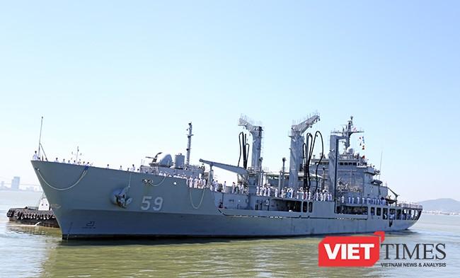 ROKS HWACHEON (AOE-59) có lượng giãn nước lên đến hơn 9.100 tấn, dài 134m, rộng 18m và mowisn nước lên đến 8,5m. Tàu có nhiệm vụ chính là cung cấp nhiên liệu, nước ngọt, đạn dược, hàng hóa cho tàu hải quân trên biển.
