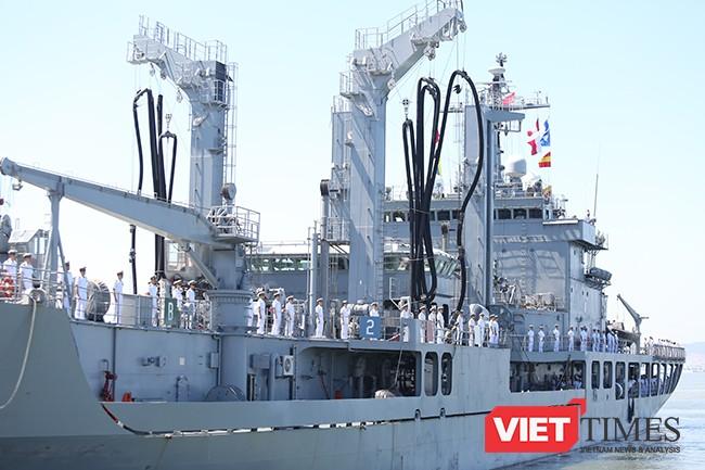 Đặc điểm dễ nhận biết của tàu ROKS HWACHEON (AOE-59) là hệ thống cần cấp liệu và phục vụ hậu cần trên biển