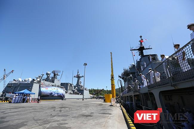 Cùng song hành với tàu khu trục tên lửa ROKS Kang Gam Chan (DDH-979) tại cảng Tiên Sa (Đà Nẵng)