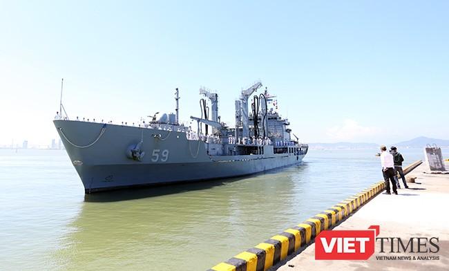 Tàu hậu cần ROKS HWACHEON (AOE-59) đang cập cảng Tiên Sa