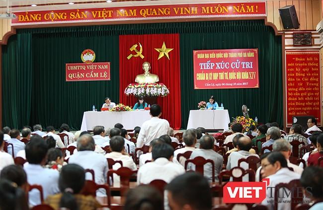 Chiều 4/10, Đoàn Đại biểu Quốc hội TP Đà Nẵng đã có buổi tiếp xúc với hơn 200 cử tri đại diện cho cử tri quận Cẩm Lệ về công tác chuẩn bị trước Kỳ họp thứ 4-Quốc hội khóa XIV.
