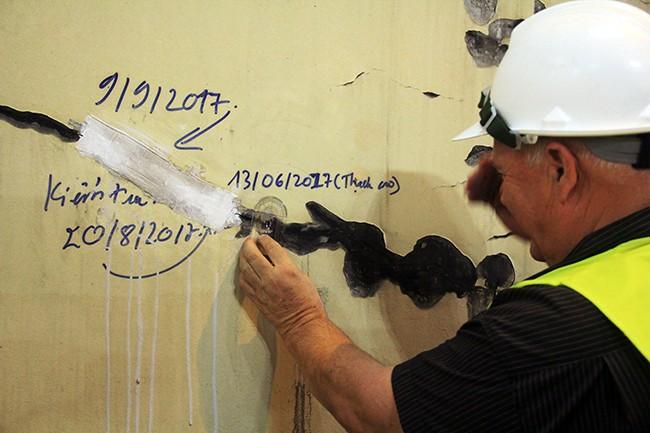 Theo Công ty CPĐT Đèo Cả, các vết nứt do bong tróc ác vết nứt này làm bong sơn, làm mất mỹ quan trong hầm nên sẽ được sơn lại để đảm bảo mỹ quan và tâm lý cho người qua hầm