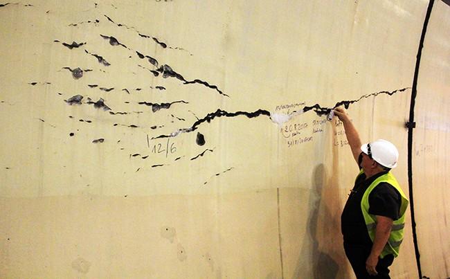 Các chuyên gia kiểm tra vết nứt bên tỏng hầm Hải Vân