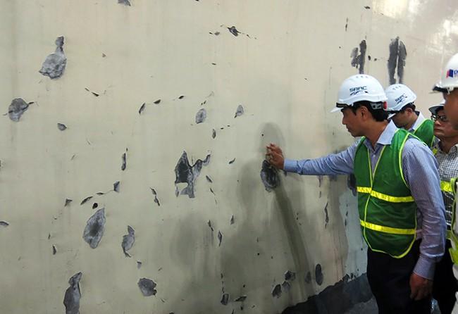 Thứ trưởng Bộ GTVT Lê Đình Thọ kiểm tra trực tiếp các vết nứt tại thân hầm Hải Vân 1