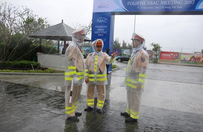 Lực lượng CSGT quyết tâm đảm bảo an toàn tuyệt đối cho Tuần lễ cấp cao APEC 2017 ảnh 14