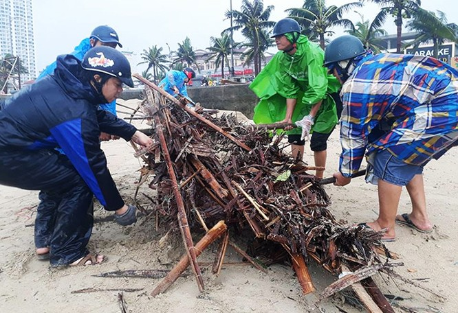 Người dân Đà Nẵng chung tay khắc phục hậu quả bão số 12 vì thành công của APEC