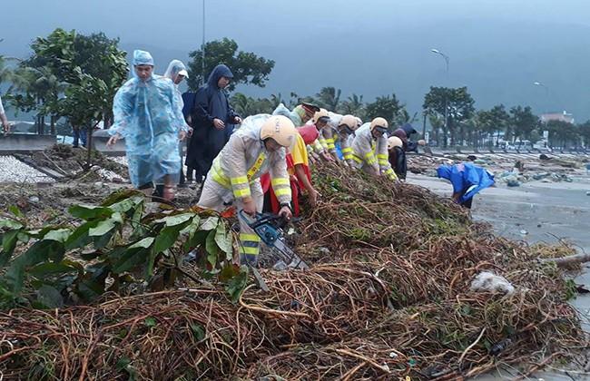 Lực lượng CSGT cùng người dân ra quân khắc phục hậu quả bão số 12