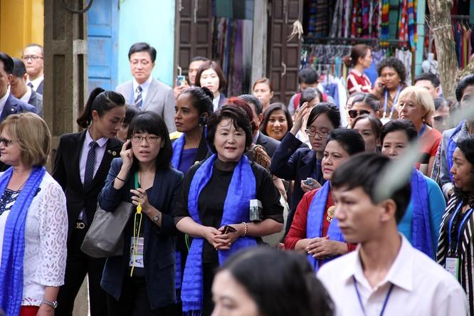 Đoàn phu nhân lãnh đạo APEC dạo phố cổ Hội An ảnh 6