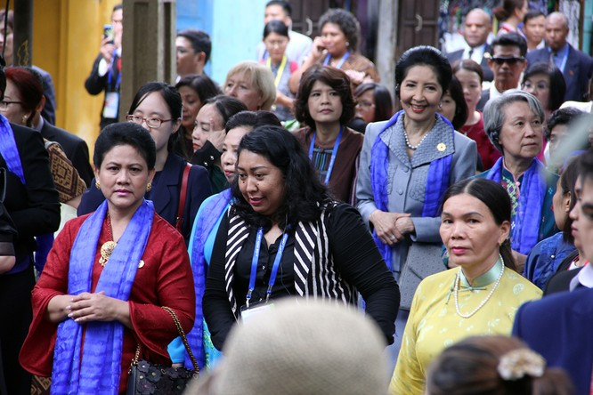 Đoàn phu nhân lãnh đạo APEC dạo phố cổ Hội An ảnh 7